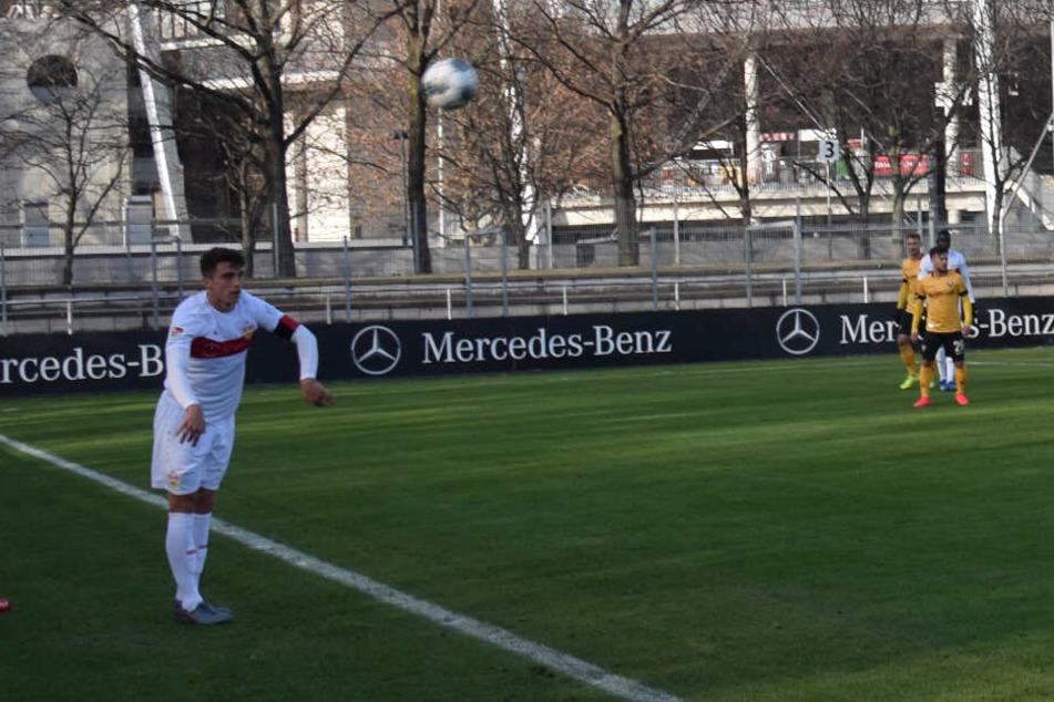 VfB-Kapitän Marc Oliver Kempf beim Einwurf im Test gegen Dynamo Dresden.