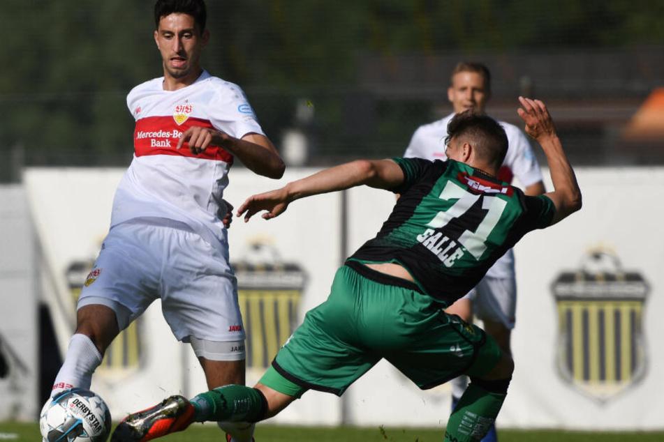Stuttgarts Neuzugang Atakan Karazor (l) und Innsbrucks Raphael Gallé im Zweikampf