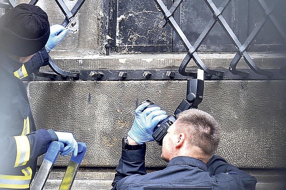 Die Kripo bei der Spurensicherung am Einbruchsfenster des Grünen Gewölbes im Dresdner Schloss.