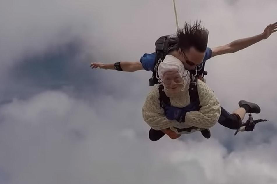 Dick eingepackt wagte die 102-Jährige den Sprung aus dem Flugzeug.