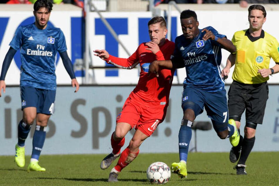 Heidenheims Nikola Dovedan (links) und Khaled Narey von Hamburg kämpfen um den Ball.