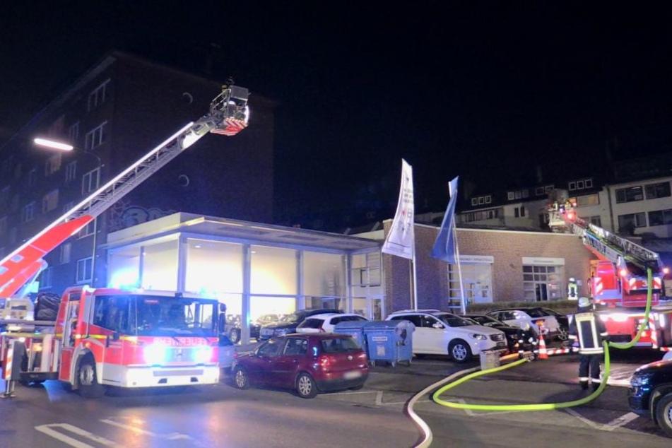 Da die Flammen beim Eintreffen der Feuerwehr so groß waren, wurde das Dach auf Brandnester hin durchsucht.