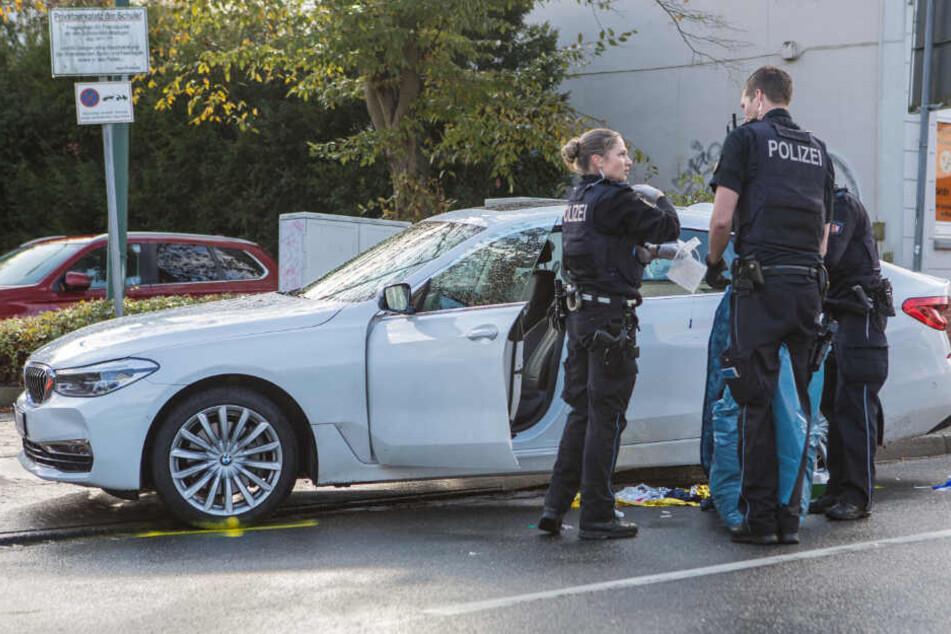 Polizisten untersuchen das Unfallfahrzeug.
