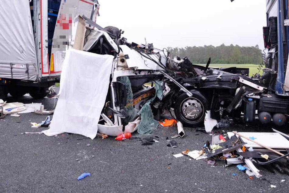 Tödlicher Unfall auf A6: Fahrer kracht mit LKW in stehenden Laster
