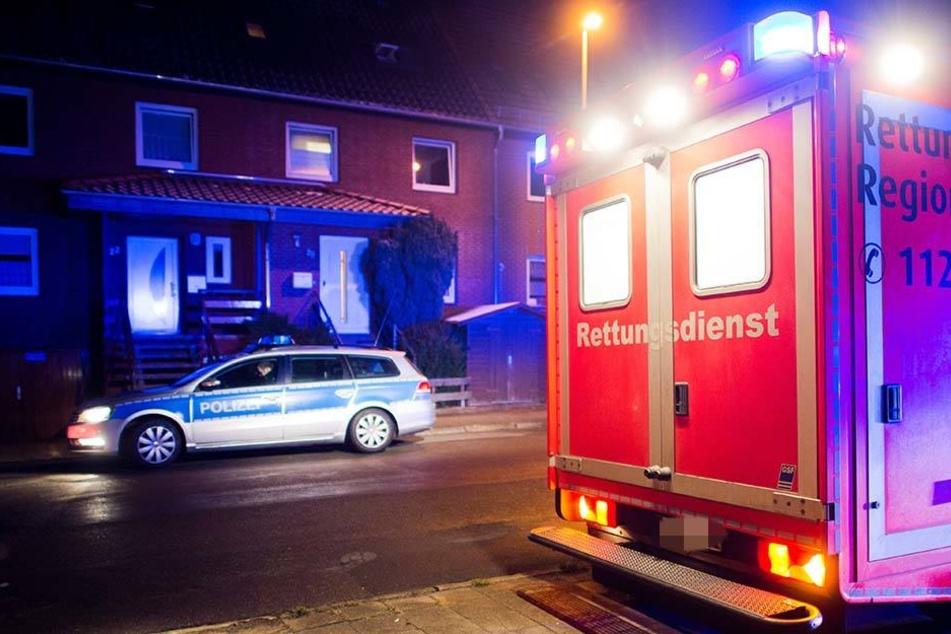 Anwohner der Geiststraße fanden den schwer verletzten Mann gegen 6.30 Uhr. Die herbeigerufenen Rettungskräfte mussten ihn reanimieren. (Symbolbild)