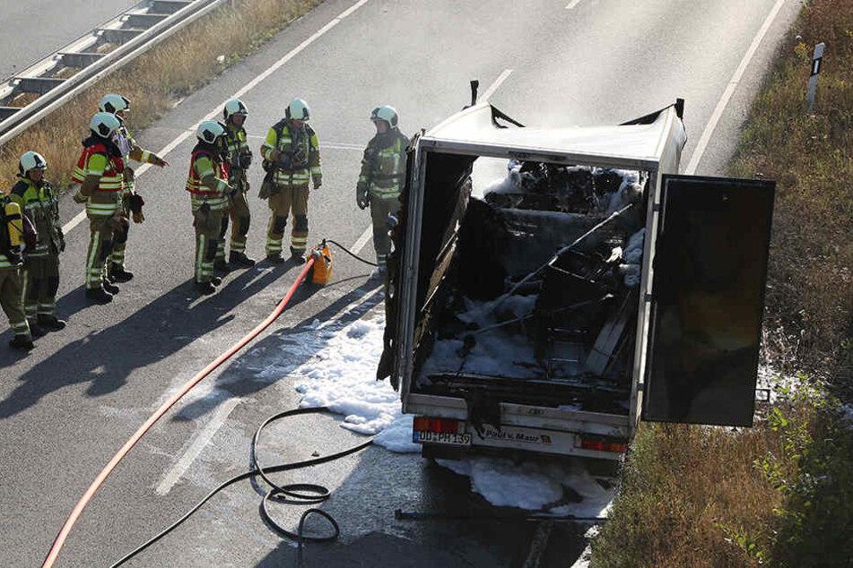 Feuerwehrleute löschten den brennenden Kleintransporter.