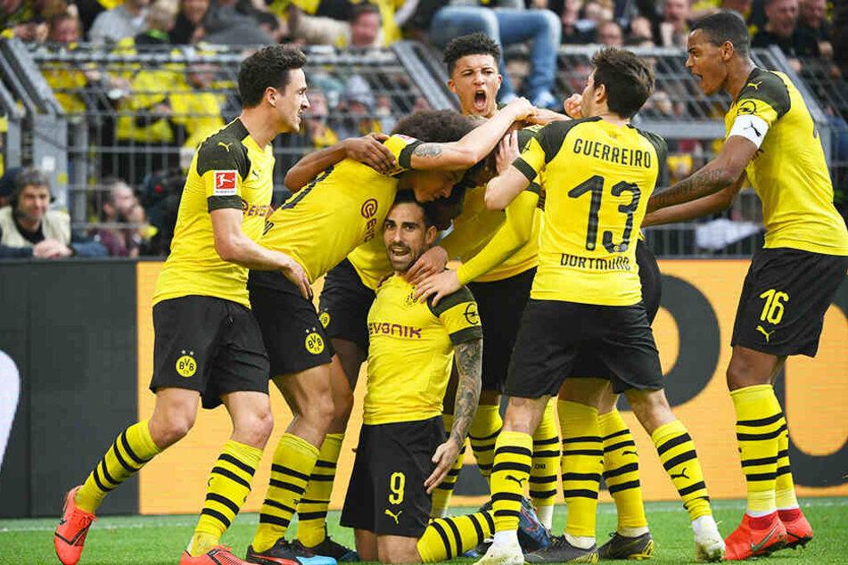 Riesenjubel beim BVB: Der erlösende Doppelpack von Paco Alcacer (Dritter von links) bescherte Dortmund einen ganz wichtigen Dreier.