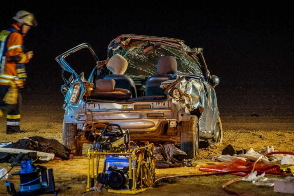 Die Einsatzkräfte mussten einen Mitfahrer mit schwerem Gerät befreien.