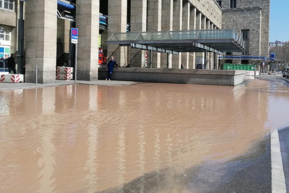 Wasserrohrbruch beim Stuttgarter Hauptbahnhof: Gehwege und Straßen überschwemmt