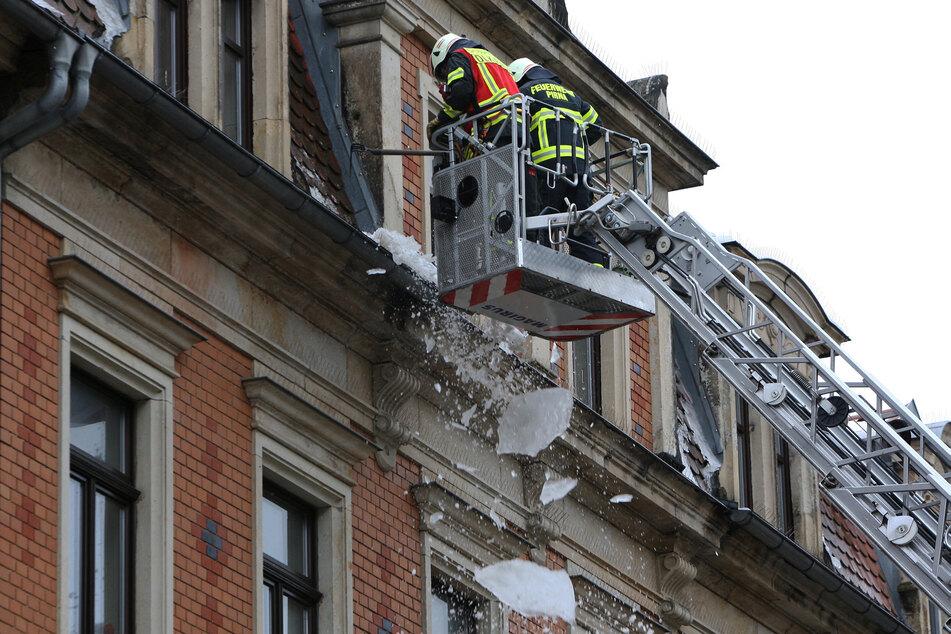 Mit einer Drehleiter stiegen die Feuerwehrleute nach oben und brachten die Eisbrocken kontrolliert zum Absturz.