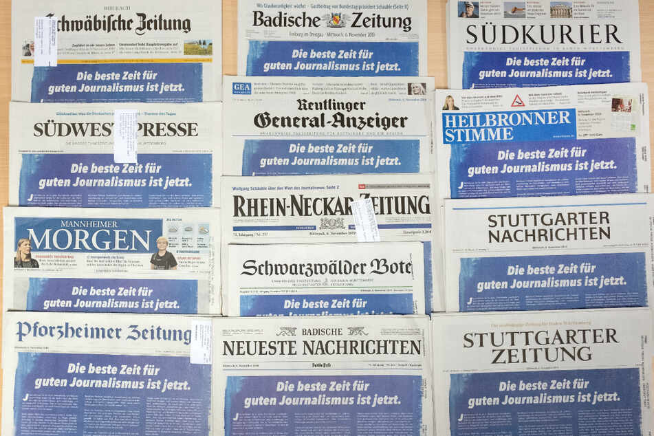 13 Tageszeitungen aus Baden-Württemberg liegen angeordnet auf einem Tisch. Der Verband Südwestdeutscher Zeitungsverleger (VSZV) trifft sich am 13. Juli zu seiner Jahrestagung in Stuttgart und berät unter anderem über die Einrichtung einer Medien-Akademie.