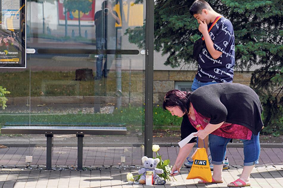 Augenzeuge Walid Bousalem (17) legte am Sonntag mit seiner Mutter Blumen am Unfallort ab.