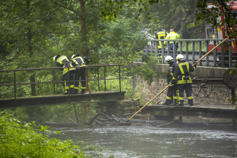 Im erzgebirgischen Steinbach wurde diese Woche ein Mann von einer Sturzflut mitgerissen. Die Suche nach ihm hielt auch am Sonntag an.