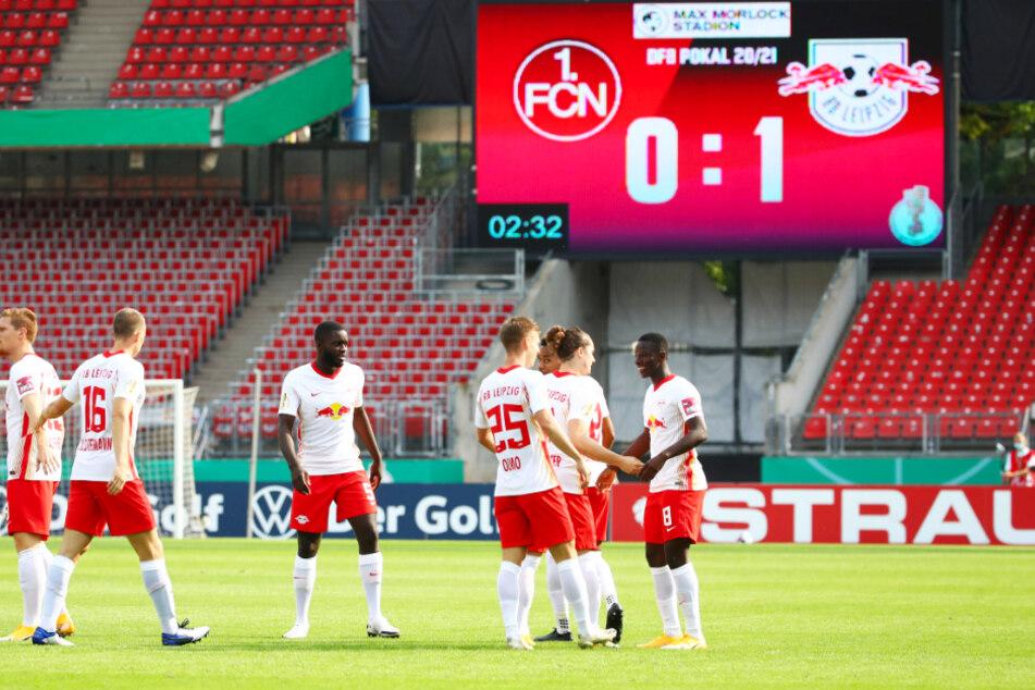RB-Mittelfeldmann Amadou Haidara (r.) wird von seinen Teamkollegen nach seinem Treffer zum 1:0 beglückwünscht.