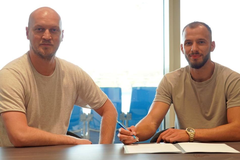 Am 29. Juli unterzeichnete Adis Omerbasic (r) einen Vertrag beim CFC. Sportdirektor Armin Causevic (l) freute sich auf den ehemaligen bosnischen U21-Nationalspieler. Jetzt wurde der Vertrag auf Wunsch von Omerbasic aufgelöst.