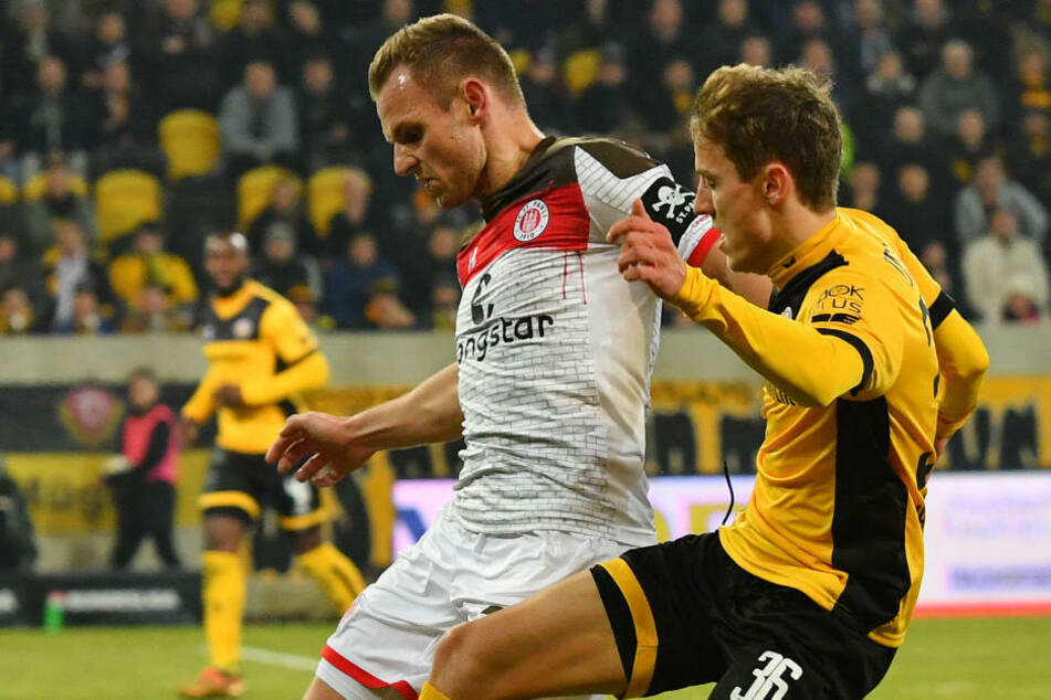 Bernd Nehrig (33) im Trikot des FC St. Pauli im Zweikampf mit Dynamo Dresdens Niklas Hauptmann (24) in der Saison 2017/18. Nehrig, der zuletzt Kapitän bei Eintracht Braunschweig gewesen ist, wechselt überraschend zu Viktoria Berlin. (Archivfoto)