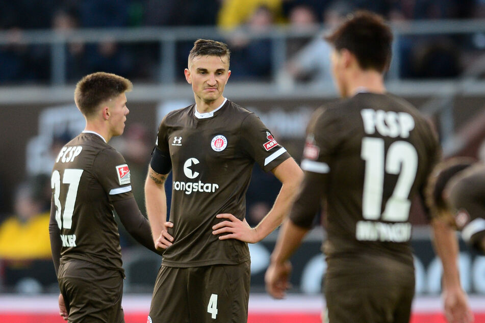 Die Kiezkicker des FC St. Pauli um Innenverteidiger Philipp Ziereis (M.) wollen gegen Hannover 96 endlich mal wieder auswärts gewinnen.