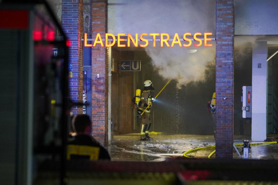 Feuerwehrleute bekämpfen die verbliebenen Glutnester unter dem Dach.