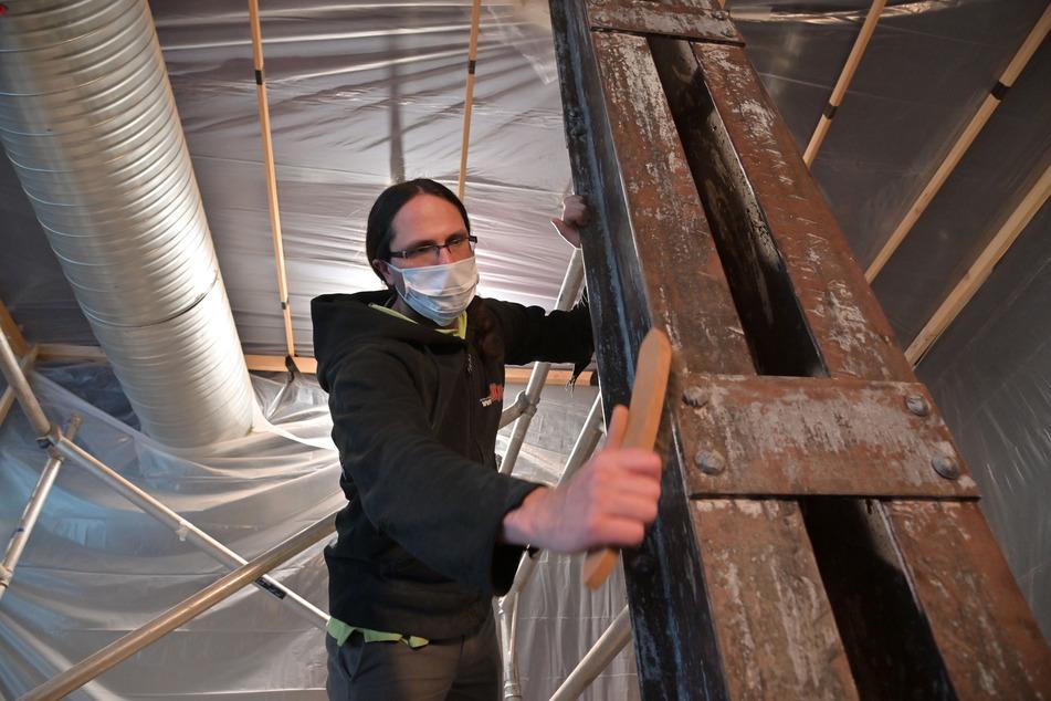 """Helfer wie Marcus Thiede (39) nutzen die Corona-Pause, um das """"Weltecho"""" zu renovieren."""