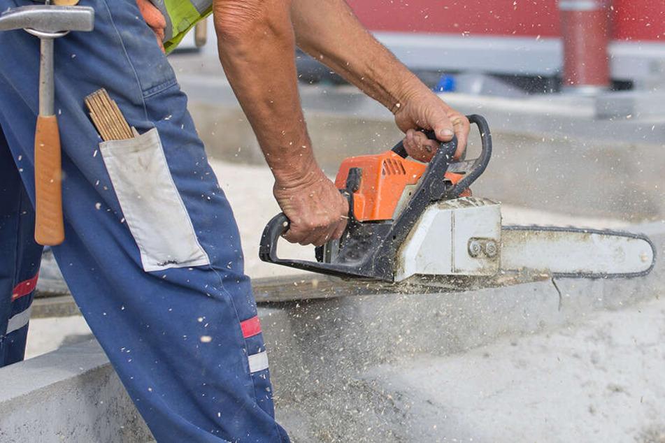 Unglück in Dresden: Arbeiter verletzt sich mit Kettensäge und stürzt in die Tiefe