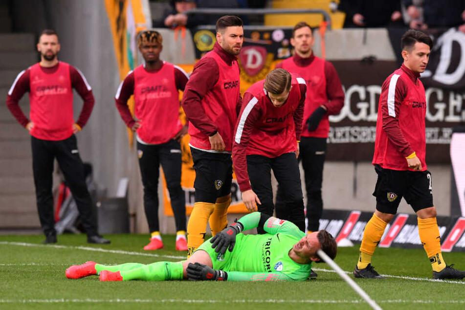 VfL-Keeper Manuel Riemann liegt im Strafraum, während Gegenstände fliegen.