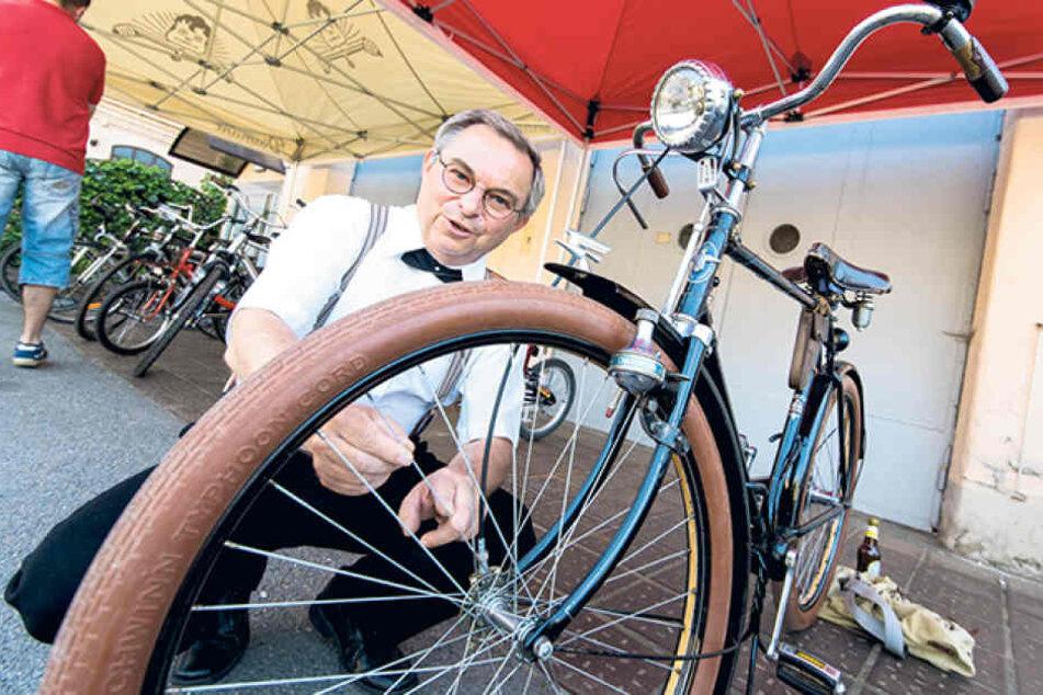Hobby-Sammler Christian Lorenz (61) zeigt, dass es sogar schon 1937 Räder mit  Gangschaltung gab.
