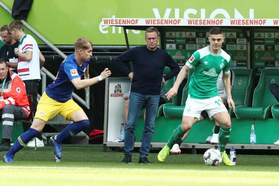 Eine der großen Entdeckungen der letzten Bundesligasaison: Bremens Milot Rashica (r., hier gegen Leipzigs Emile Smith Rowe).