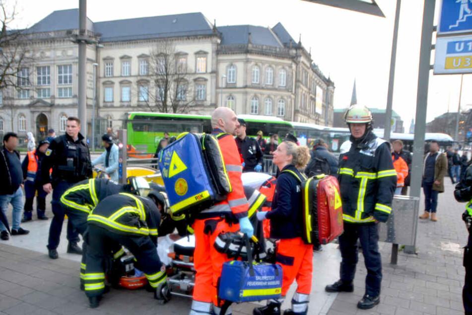 Rettungskräfte versorgen den schwerverletzten Mann noch vor Ort, bevor sie mit ihm ins Krankenhaus eilen.