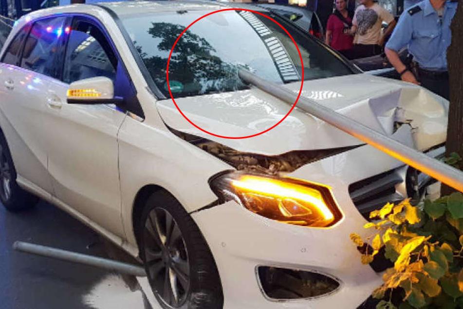 Metallrohr durchbohrt Windschutzscheibe! Fahrer überlebt wie durch ein Wunder