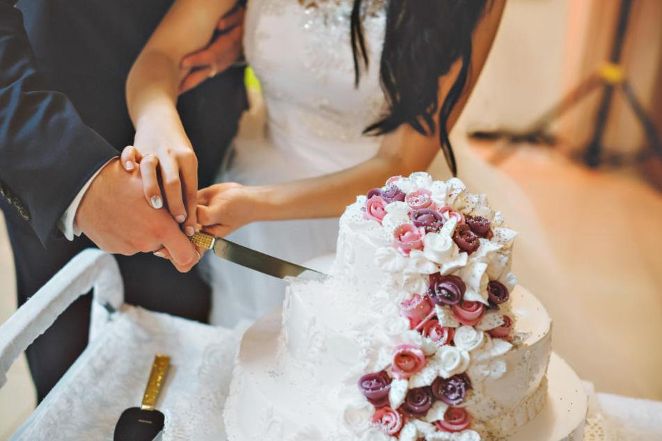 Brautpaar Schneidet Hochzeitstorte An Dann Geht Alles Den Bach Runter