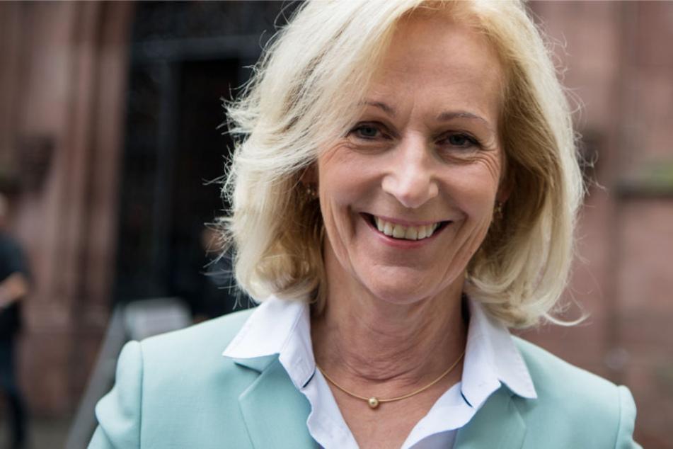 Die CDU-Oberbürgermeister-Kandidatin Bernadette Weyland lächelt in die Kamera.