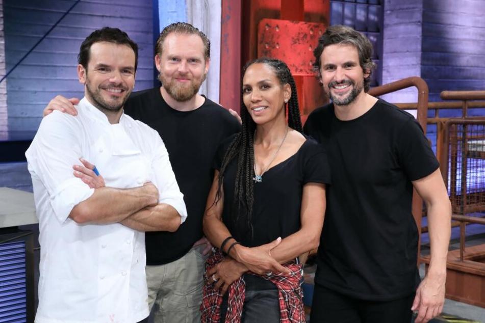 Profikoch Steffen Henssler (l) mit den Kandidaten Axel Stein, Barbara Becker und Tom Beck.