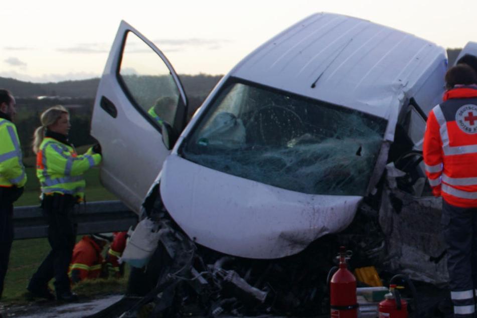 Horror-Crash: Transporter-Fahrer stirbt noch an der Unfallstelle