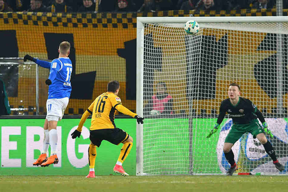 Beim 0:2 kam Philip Heise (M.) gegen den einköpfenden Tobias Kempe zu spät.