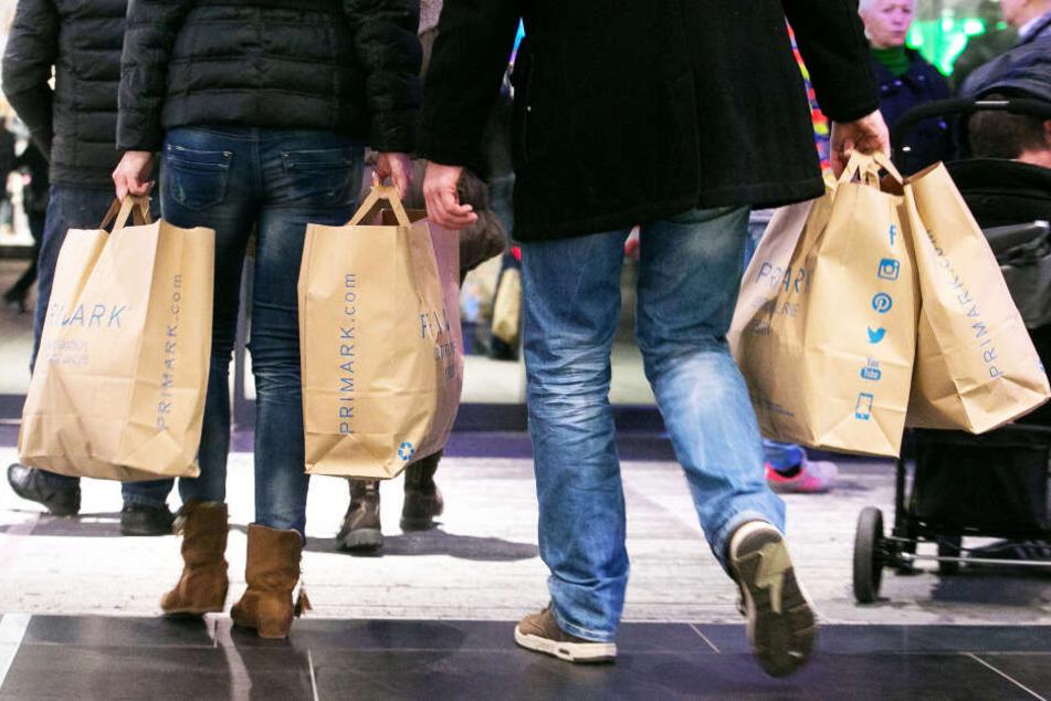 Prall gefüllte Einkaufstüten tragen die Kunden meist aus der Dresdner Filiale.