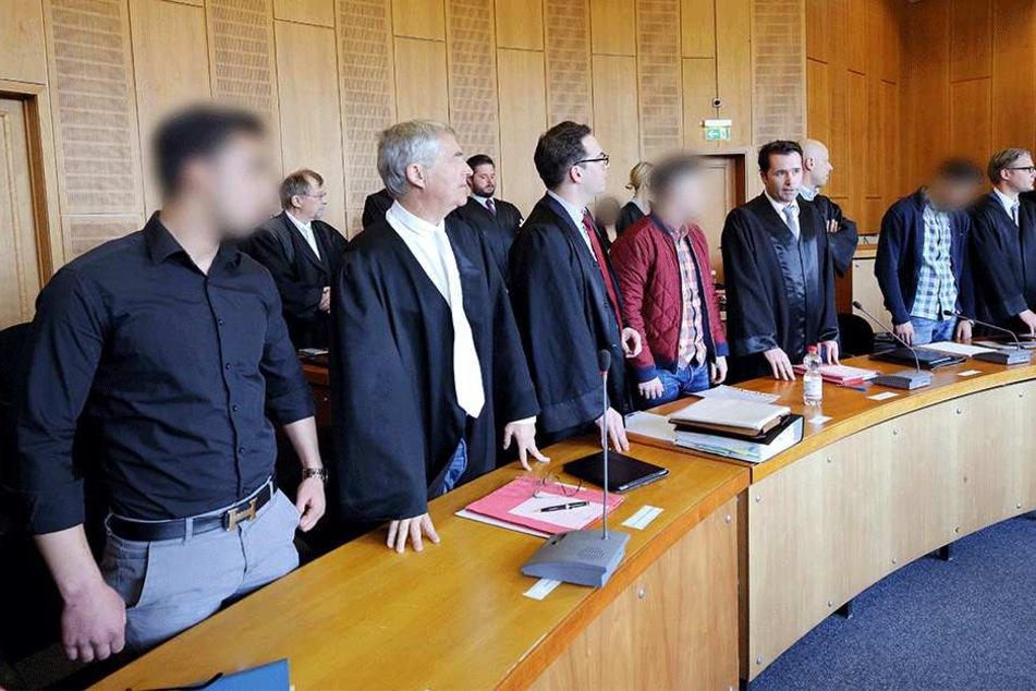 Die Angeklagten Hasrit S. (l), Madonna R. (hintere Reihe, r), Murat C. (4.v.l) und Meto K. (2.vr) warten mit ihren Anwälten am 10. Mai in Krefeld (Nordrhein-Westfalen) auf den Beginn des Prozesses.