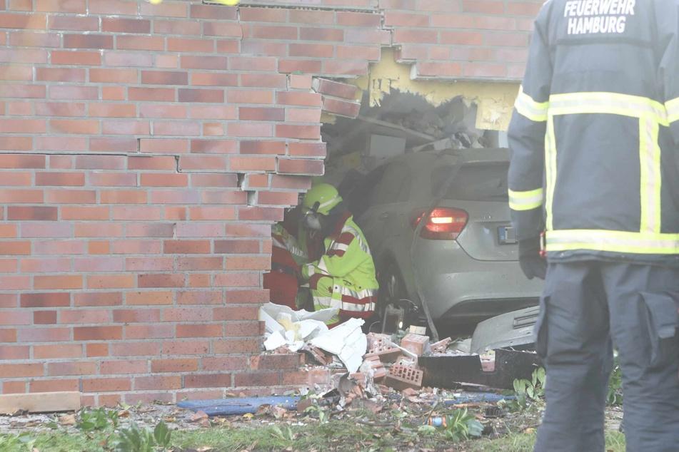 Das Auto durchbrach die Mauer. Einsatzkräfte sind vor Ort.