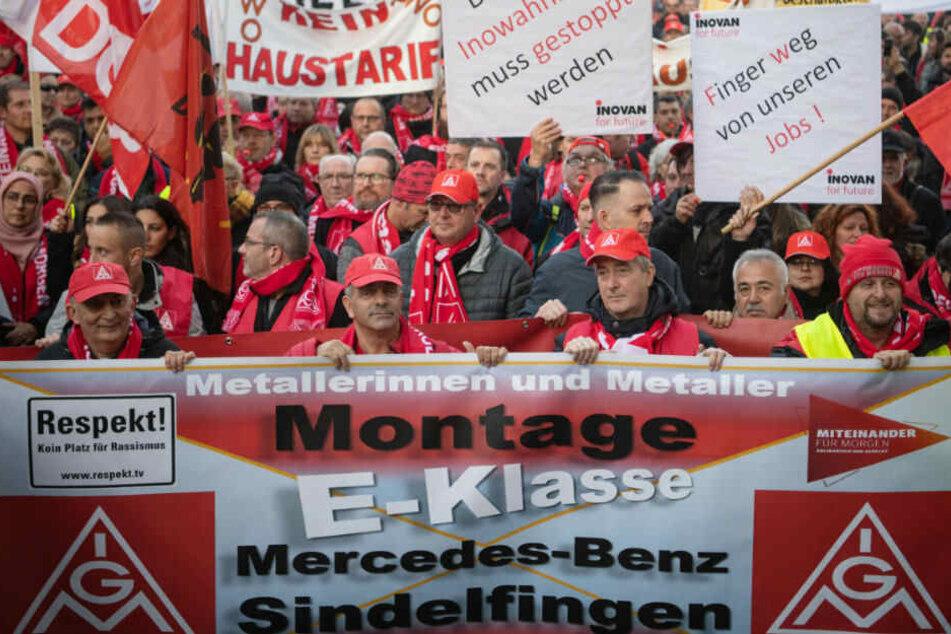 Tausende Beschäftigte aus der Auto- und Zulieferindustrie haben gegen die Sparpläne ihrer Arbeitgeber protestiert.
