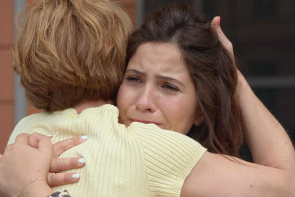 Laura verabschiedet sich von ihrer Mutter.