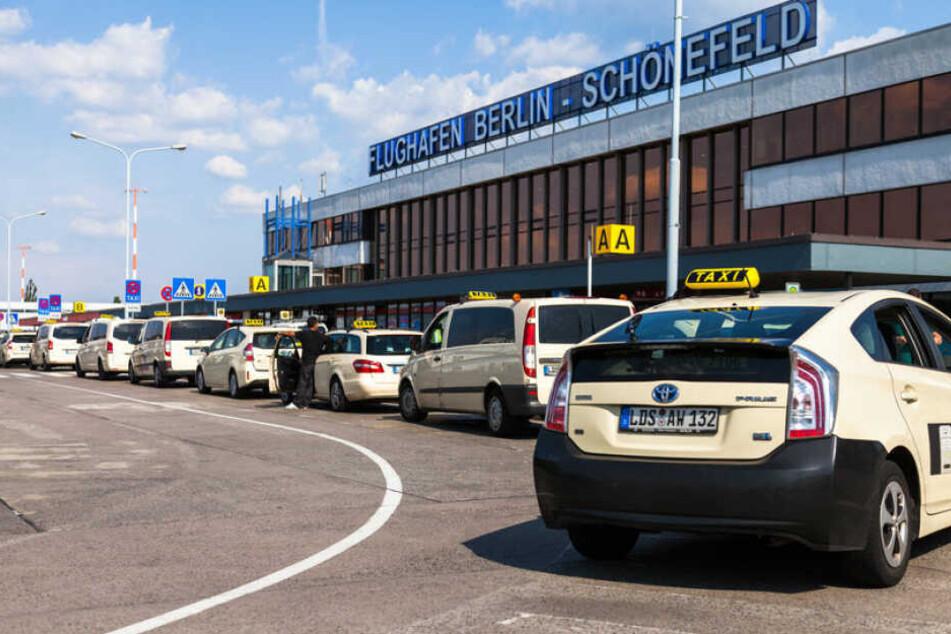 Die Taxis am Flughafen Schönefeld streiken. (Symbolbild)