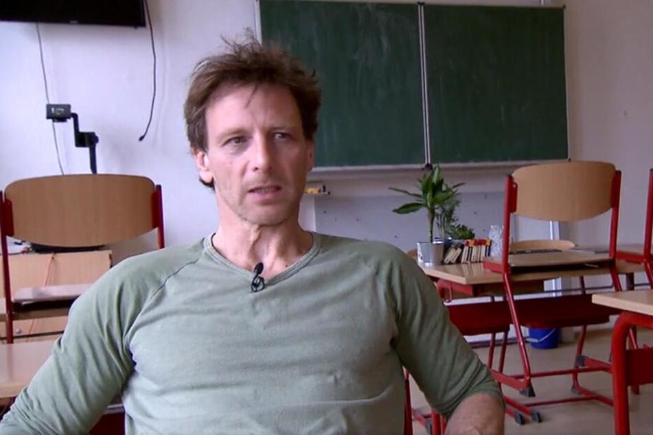 Für die Image-Kampagne zum Lehrerberuf für das Kultusministerium besuchte Schauspieler Hendrik Duryn (51) seine alte Grundschule in Leipzig.