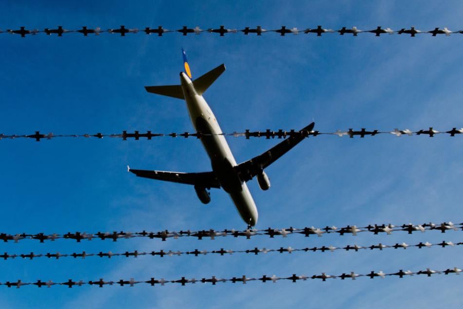 Am Mittwochnachmittag startet vom Flughafen Leipzig/Halle aus ein Abschiebeflug in Richtung Tunesien. (Symbolbild)