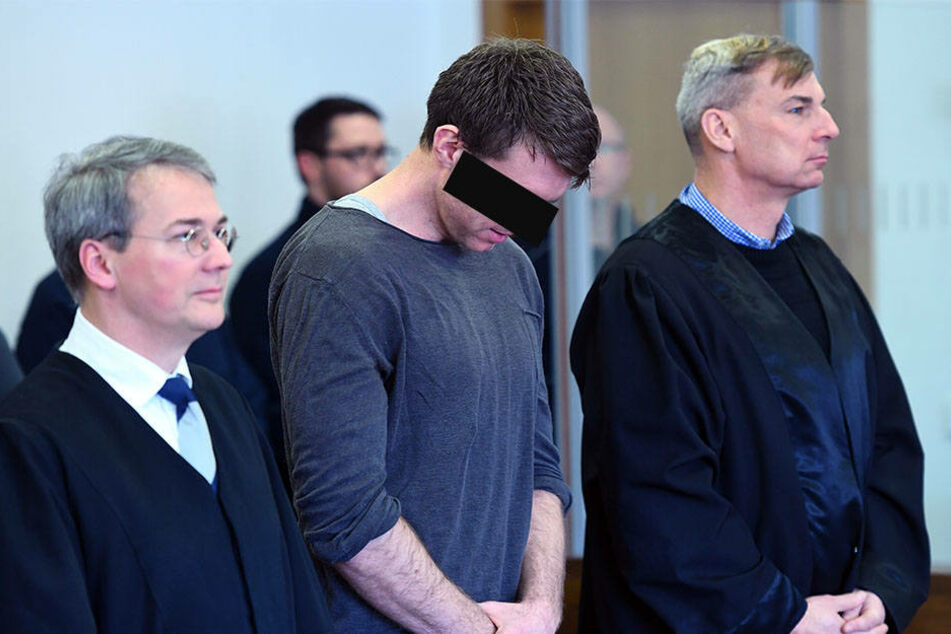 NPD-Politiker Maik Schneider (m) mit seinen Anwälten kurz vor Beginn der Urteilsverkündung.