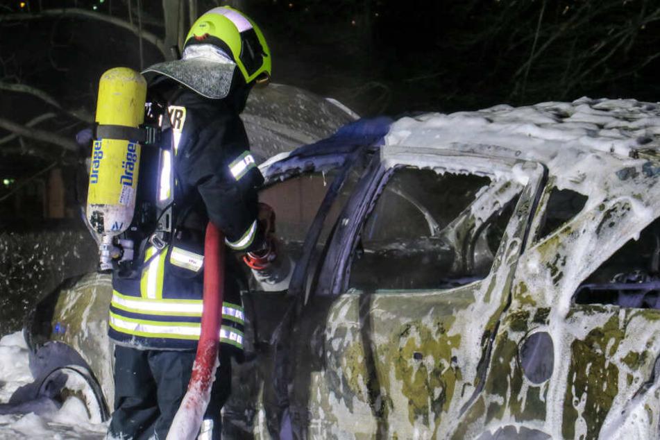 Der Peugeot brannte komplett aus.