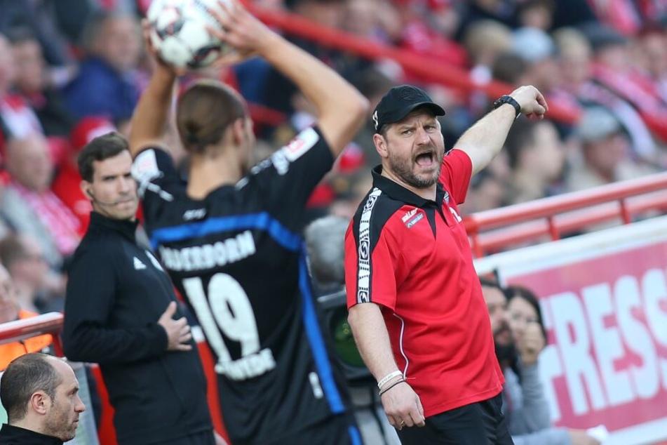 SCP-Trainer Steffen Baumgart, gibt seinen Spielern die Richtung vor.