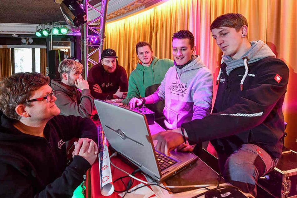 Startklar für die erste Open-Air-Party zu Silvester in Glauchau: Marcel Klötzner (33, 2.v.l.) und Felix Weise (28) mit ihrer Crew auf dem Markt.