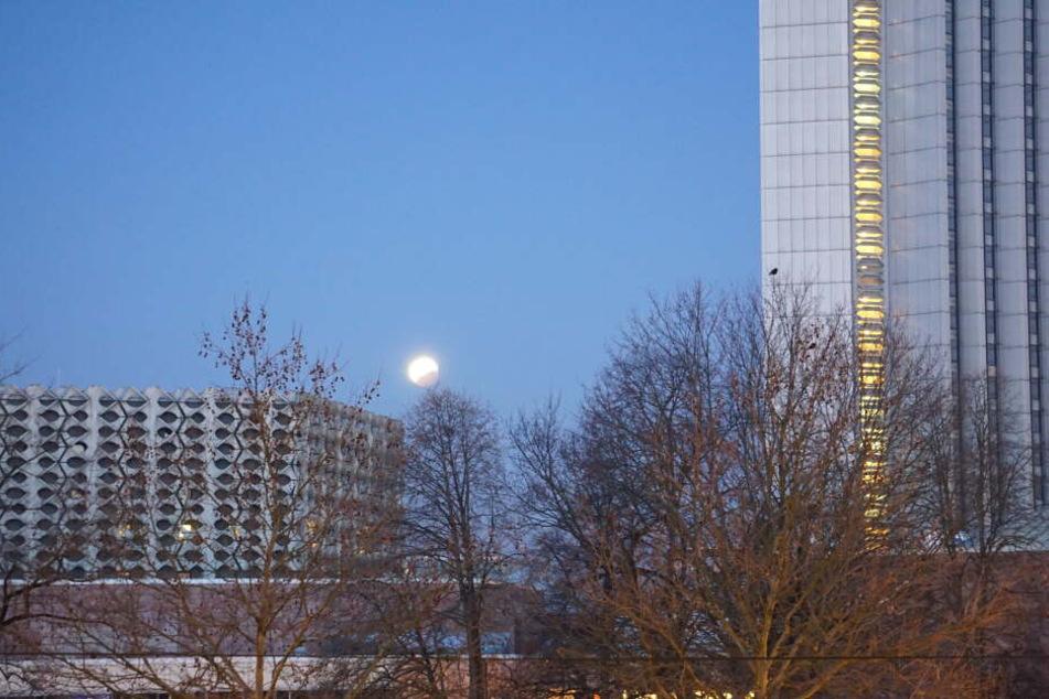 7.20 Uhr: Der Erdschatten hat den Mond fast wieder verlassen und die Mondfinsternis ist vorbei.