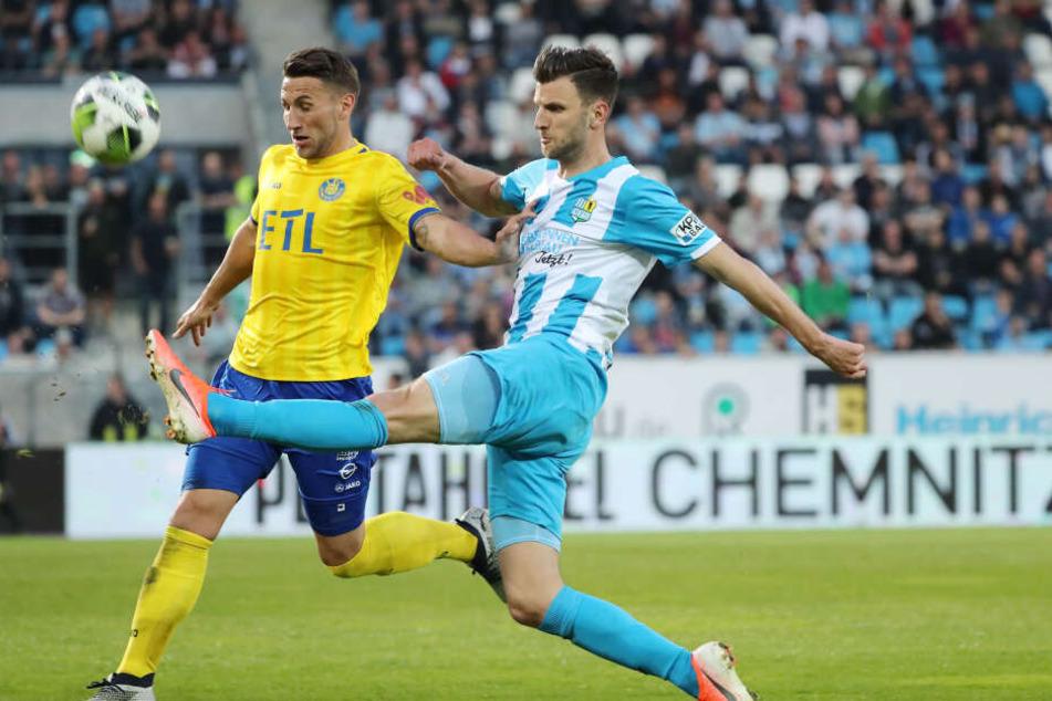 Drei Verwarnungen kassierte der CFC im Halbfinale gegen den 1. FC Lok Leipzig. Für Dejan Bozic (r., gegen David Urban) war es die zweite im diesjährigen Pokalwettbewerb - damit sitzt der Torjäger im Finale draußen.