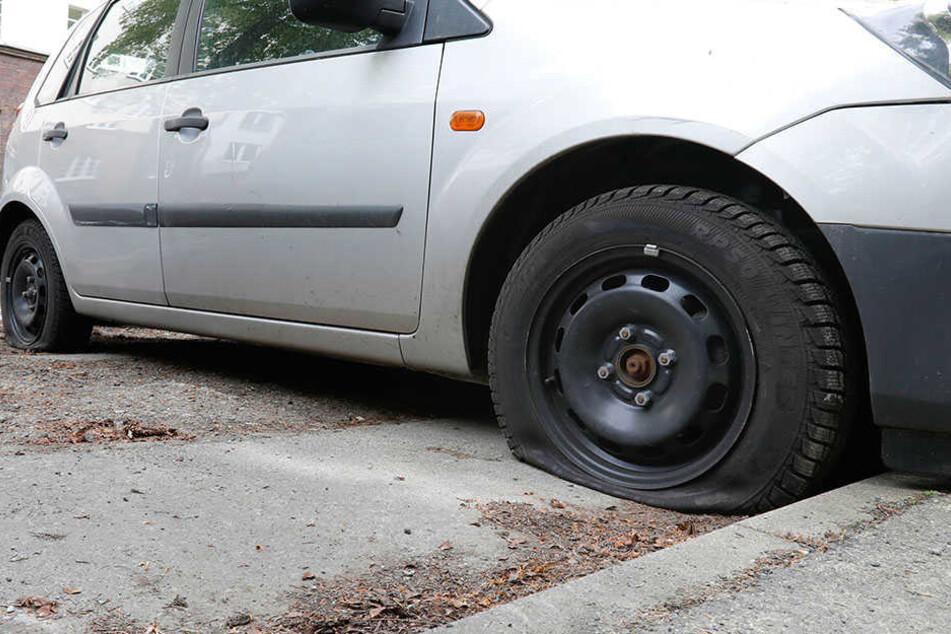 Schon wieder: Irrer Reifenstecher macht Autos platt