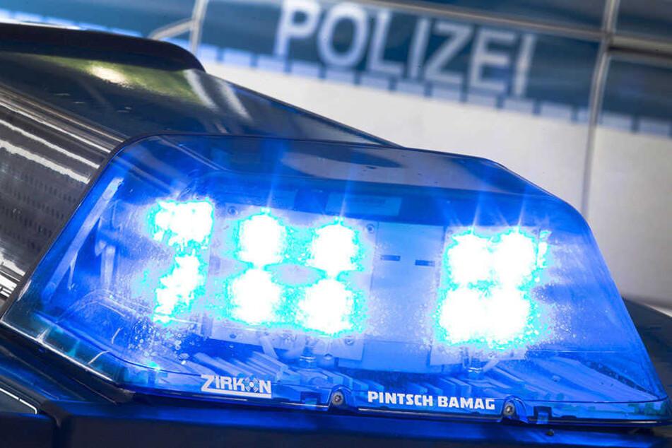 Die Polizei sucht den Autofahrer, der den Unfall verursacht hat. Ein weiterer Fahrer hat ebenfalls nicht angehalten. (Symbolbild)